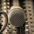 ESEJ: Razlike med glasbenimi žanri v posprodukciji